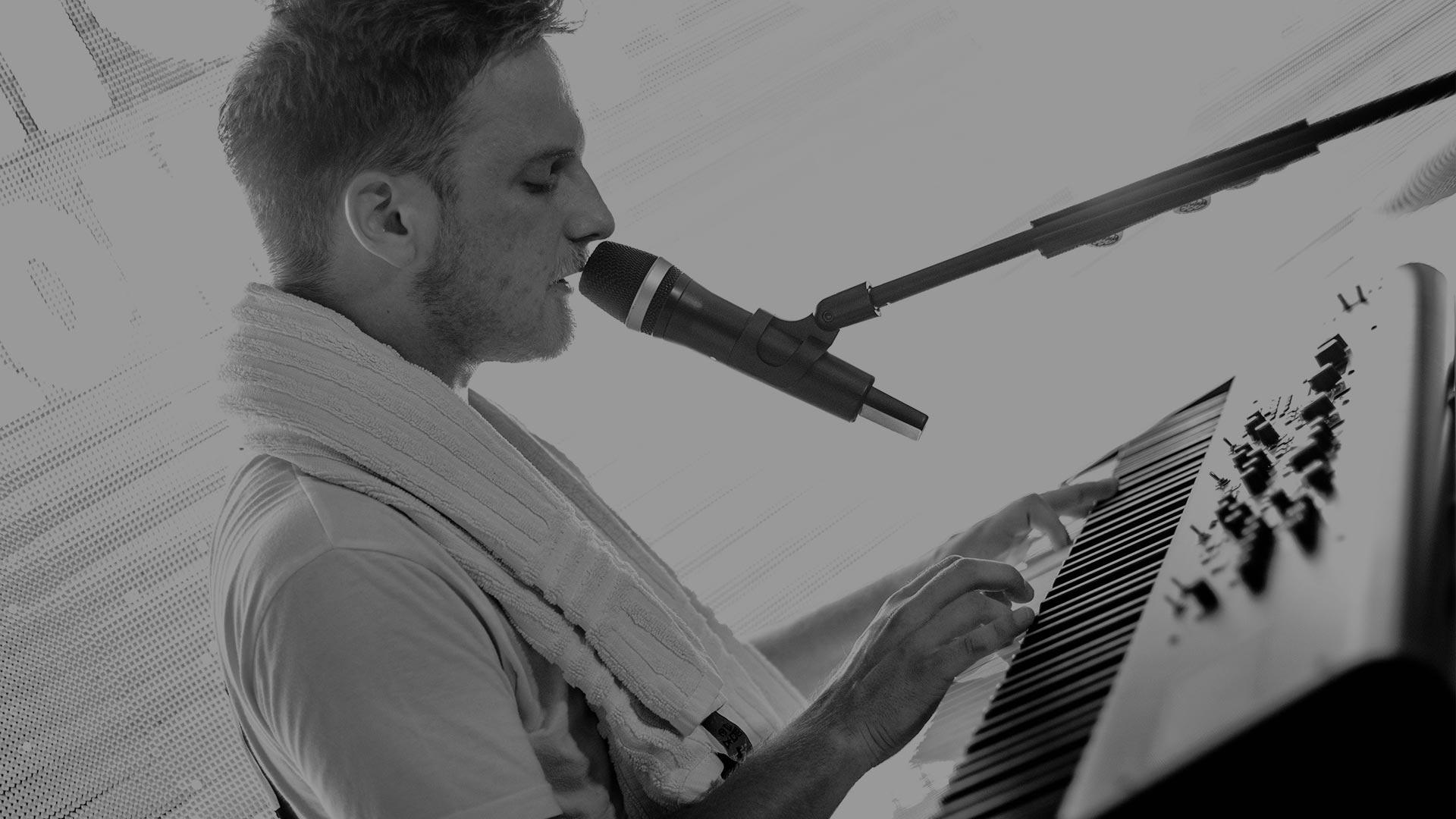 Philipp Göhring (Gesang, Gitarre)
